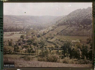 France, St Julien d'Empeyre (Aveyron), Le mont Cavalier et la route de Nossac, vue prise du mont Verdier
