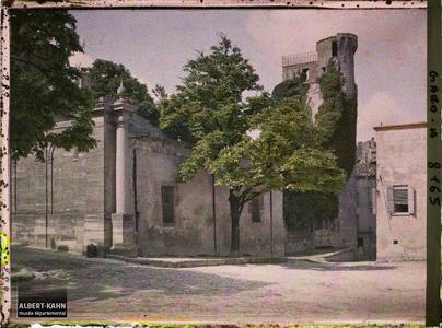 France, Uzès, La tour de la vigie de la Duché enveloppée de lierres