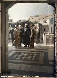 Syrie, Hama, Le Professeur Brunhes s'entretenant avec Moutesarif Kénali.Le Professeur Jean Brunhes et deux militaires français s'entretenant avec son Excellence Moutesarif Kenali (Gouverneur ?)