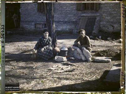 Thrace, Andrinople, La gare, Cuisine improvisée. Un homme et une jeune femme grecs s'apprêtant à quitter la ville prêt d'un foyer improvisé