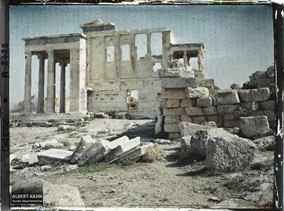 Grèce, Athènes, L'Erechteion et le Lycabette à travers les colonnes..Sur l'Acropole, la façade ouest de l'Erechtheion