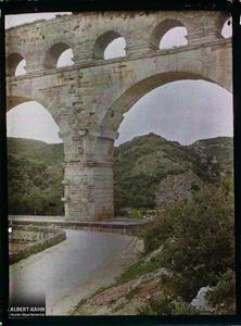 France, Beaucaire, Le pont du Gard vu de l'aval et de haut.