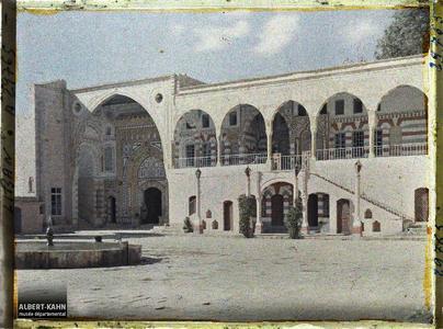 Syrie, Bet-Edin, Façade du Château dans la cour. La cour du Dar El-wousta et la façade du Dar El-harim dans le palais de l'émir Bachir Chihab