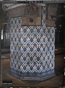 Turquie, Constantinople, Ensembles de faïences de la mosquée de Rustem Pacha, type de faïences murales. Pilier orné de faïences et de muqarnas dans la Rustem Pasa Camii («mosquée de Rustem Pasa» )
