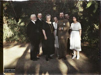 Syrie, Bet-Edin, Groupe des invités du gouverneur du Liban, le Général et le Professeur Brunhes. Jean Brunhes, le général Gouraud, le gouverneur du Liban Georges Trabaud et sa famille et un militaire.
