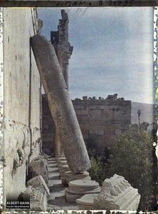 Syrie, Balbeck, Temple de Bacchus, Colonnade du péristyle sud autre aspect.Colonne adossée à la façade sud du Temple dit de Bacchus