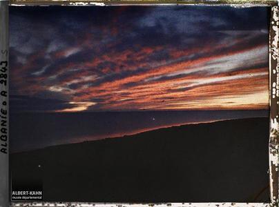 Albanie, Durrazzo, Plus de coloration de l'eau.Coucher de soleil sur le golfe de Durazzo: plus de coloration de l'eau
