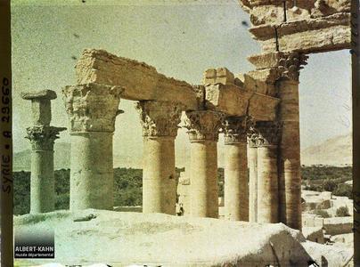Syrie, Palmyre, Temple du Soleil, Colonnade angle Sud Ouest. Vestiges de colonnes du Temple de Bêl