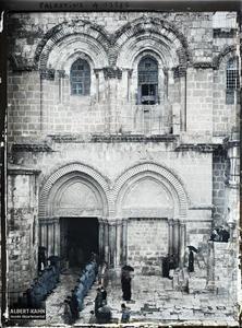 Syrie, Jérusalem, Ensemble de la façade du St Sépulcre. Soldats français devant l'entrée sud du Saint Sépulcre