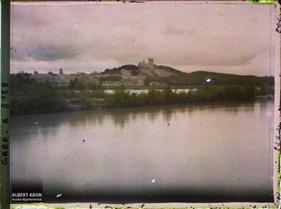 France, Tarascon, 2 vues prises du pont de Beaucaire (1 sur le château de Beaucaire)