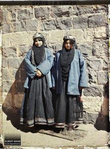 Syrie, Tell-Es-Shehab, Jeune mariée, son mari et sa Cousine. Une jeune mariée (celle de gauche ?) et sa cousine