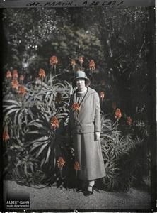 France, Cap Martin, Mme Nayaouka au jardin. Madame Miyaoka, invitée par Albert Kahn, dans le jardin de sa villa