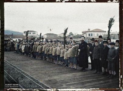 Syrie, Alexandrette, Visite du Général Gouraud, enfants sur le Warff. Accueil par des écoliers du général Gouraud en visite en Cilicie