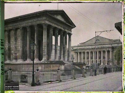 France, Nîmes, La maison Carrée et le Théâtre.