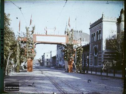 Turquie, Constantinople, Arc de Triomphe en l'honneur de Kemal Pacha. Arc de triomphe éphémère en l'honneur de Mustapha Kemal. A droite, la gare de Sirkeci.