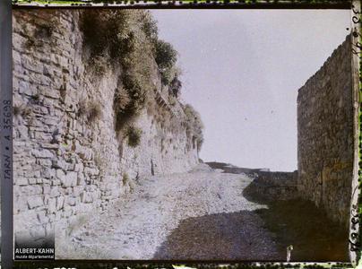 France, Cordes (Tarn), Les murs d'enceinte vus vers le Sud.