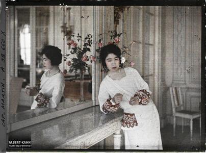France, Cap Martin, Princesse Kitashirakawa - au Salon. La princesse Kitashirakawa, invitée par Albert Kahn dans un salon de sa villa