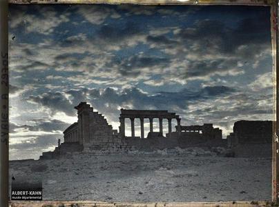 Syrie, Palmyre, Ensemble du Temple du Soleil au jour naissant. Ensemble du Sanctuaire du Dieu Bêl (esplanade et temple)