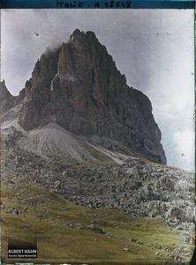Tyrol, Wolkenstein, Col de la Sella, Le Grohmannspitze, 3111m et le Füffingerspitzen, le LangKotel 3178m.Le Langkofel ou Sassolungo (littéralement la «longue pierre» , 3181 m)