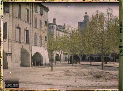 France, Uzès, Les arcades dans le fond à droite la Tour de l'horloge et à gauche le Donjon