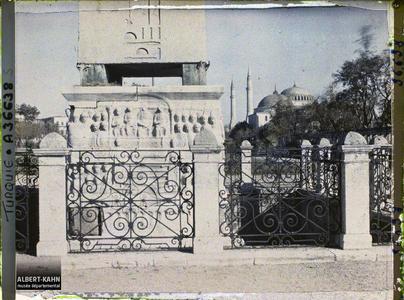 Turquie, Constantinople, Socle de l'Obélisque de Théodose, face Sud, au fond Ste Sophie. Socle de l'obélisque de Theodose, côte nord.