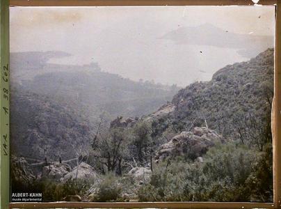 France, Agay, Effet de brume sur la route d'Agay, vue prise de la montagne. Effet de brume sur la route d'Agay, vue prise de la montagne