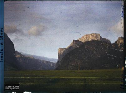 Tyrol, Wolkenstein, Coucher de soleil sur le Mont de Soura.Entrée de la Vallunga (Langental) ou Vallelunga (la longue vallée) sur les hauteurs du village