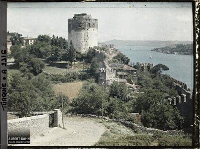 Turquie, Rouméli-Hissar, Tour et murailles crénelées de Rouméli-Hissar.Le château dominant le Bosphore