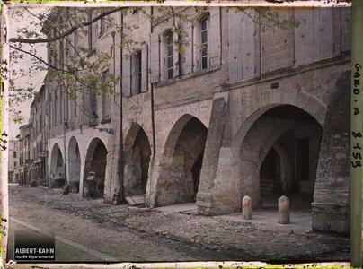France, Uzès, Un coin des arcades du côte ouest