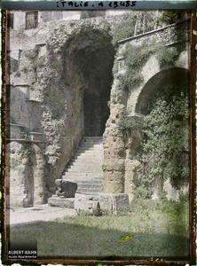 Italie, Vérone, Théâtre Romain, place Dante, entrée latérale.Entrée latérale du théâtre Romain (?)