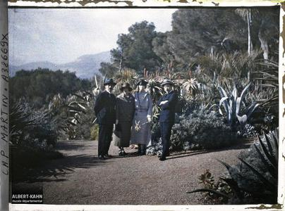 France, Cap Martin, Groupe Comte Kitashirakawa et Princ eme Kitashirakawa, Mme Nayaouka, Prince Ichijo. Le prince et la princesse Kitashirakawa, Madame Miyaoka et le Prince Ichijo, invités par Albert Kahn, dans le jardin de la villa