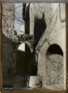 France, La Turbie, Petite rue à porte Ogivale