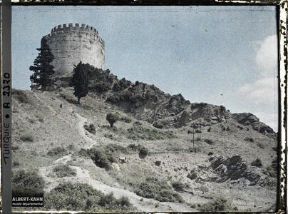 Turquie, Rouméli-Hissar, Paysage sur les bords du Bosphore avec tour.Une tour du château