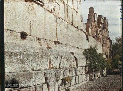 Syrie, Balbeck, Une vue sur les 3 blocs gigantesques du mur extr du Temple de Jupiter 19m52., 19 m45., 19m21..Un des murs extérieurs du Temple de Jupiter Héliopolitain, haut d'environ 19 mètres