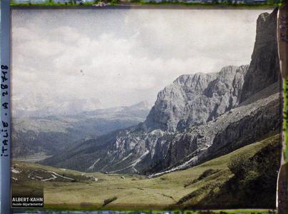 Tyrol, Wolkenstein, Col du Groedner, Vallée de Corvana vue du Col de Groedner.La vallée de Corvana (peut-être Corvara en référence à la ville toute proche de Corvara in Badia) depuis le col du Grödner (Grödner Joch ou passo Gardena)