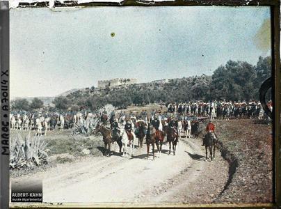 Le général Gouraud entouré de son état-major et d'une escorte de deux escadrons de cavalerie