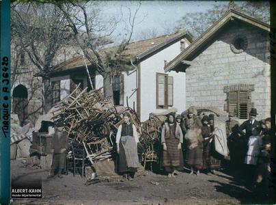 Thrace, Andrinople, La Gare, Groupe de réfugiés Grecs. Grecs quittant la ville près d'un amas de mobiliers, aux abords de la gare