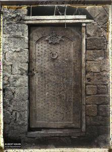 Syrie, Tripoli, Vieille porte, cour de l'Eglise. Porte ancienne de bois clouté dans une cour d'église
