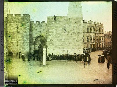 Palestine, Jérusalem, La Porte de jaffa, foule attendant l'arrivée du Cardinal Dubois. Foule attendant l'arrivée du Cardinal Dubois près de la porte de Jaffa