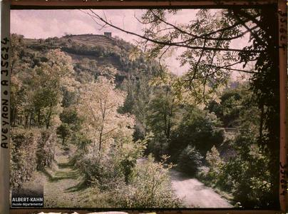 France, Vallée de l'Alzou, Paysage de l'Alzou, au fond le Calvaire