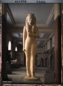 Egypte, Musée du Caire, Statue albâtre de la Reine Amounerthaious (XXV eme Dynastie).Statue d'albâtre de la reine Amenardis au musée égyptien