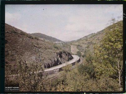 France, Vallée de l'Alzou, Route longeant la Vallée de l'Alzou, au fond, Gorogolle