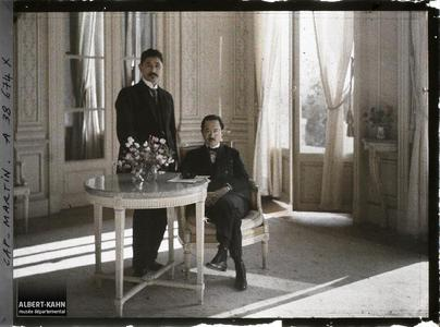 France, Cap Martin, Comte Kitashirakawa avec la Prince Ichijo. Le prince Kitashirakawa et le prince Ichijo, invités par Albert Kahn dans un salon de sa villa