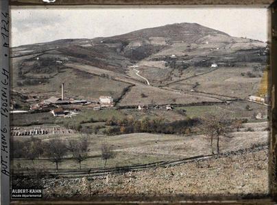 Bosnie, Sarajevo, Un des monticules boisés avec un fort et la briquetterie en bas.Un des monticules boisés avec un fort et une briquetterie en bas