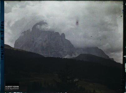 Tyrol, Wolkenstein, Effet de nuages sur le Langkopel.Le Langkofel ou Sassolungo (littéralement la «longue pierre» , 3181 m)