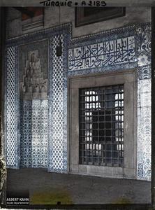 Turquie, Constantinople, Mosquée Rustem Pacha : les faïences à l'extérieur et l'inscription. Une baie de la façade entourée de faïences de la Rustem Pasa Camii («mosquée de Rustem Pasa» )