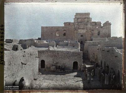 Syrie, Palmyre, Temple du Soleil, Façade du Temple et le Village. Entrée de la façade ouest du Temple de Bêl