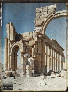 Syrie, Palmyre, Entrée de la rue Centrale à Colonnade, le 1er portique. L'arc monumental