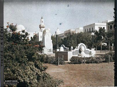 Tunisie, Sfax, Square Paul Bourde vers l'hotel de ville. La place et le monument érigé en l'honneur de Paul Bourde, vue prise en direction de l'Hôtel de ville