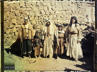 Syrie, Tell Es-Shehab, Types du Hauran, au milieu, type Bédouin. Groupe d'habitants, très probablement druzes